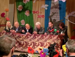 Manuel Ochsenreiter na tiskové konferenci v Donbasu, společně s Luisem Durnwalderem (bývalým zemským hejtmanem Jižního Tyrolska), poslancem Evropského parlamentu Jean-Luc Schaffhauserem (Rassemblement bleu Marine) a poslankyní za levé křídlo Syrizy Evgenií Ouzounidou