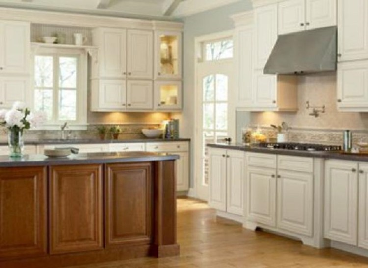 Maple and White Country Style Kitchen