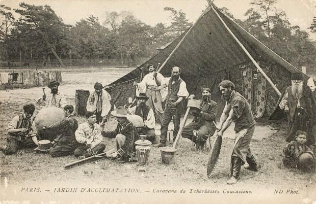 """Carte postale. Exposition """"Mondes tsiganes"""", Musée de l'histoire de l'immigration, Paris, 2018"""