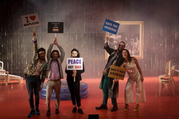 """Marco Layera: """"La dictadura de lo cool"""" © Christophe Raynaud de Lage / Festival d'Avignon 2016. Une critique de René Solis dans délibéré"""