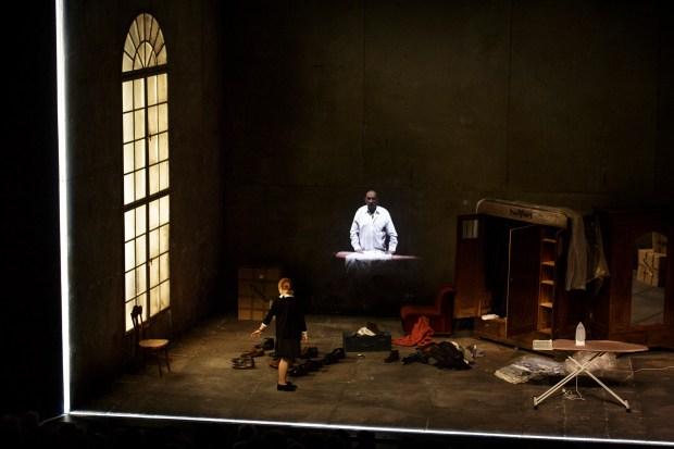 """Krystian Lupa / Thomas Bernhard: """"Place des Héros"""" © Christophe Raynaud de Lage. Festival d'Avignon 2016. Critique de René Solis dans délibéré"""