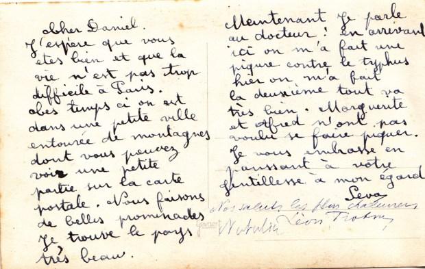 """Carte postale adressée en 1939, depuis le Mexique, par Seva Volkov à Daniel Martinet. Elle est signée par """"Seva"""", """"Léon Trotsky"""" et """"Natalia"""". Cette carte appartient à la collection personnelle de Claire Martinet, fille de Daniel Martinet."""