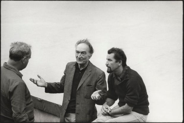 Jean Vilar, Maurice Béjart et le chef-op Ghilslain cloquet (de dos) au festival d'Avignon 1967© Gilles Walusinski