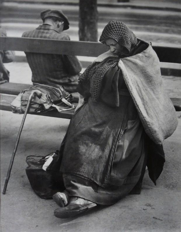 Brassaï, Les Halles. Dormeurs au petit matin, Paris, 1932