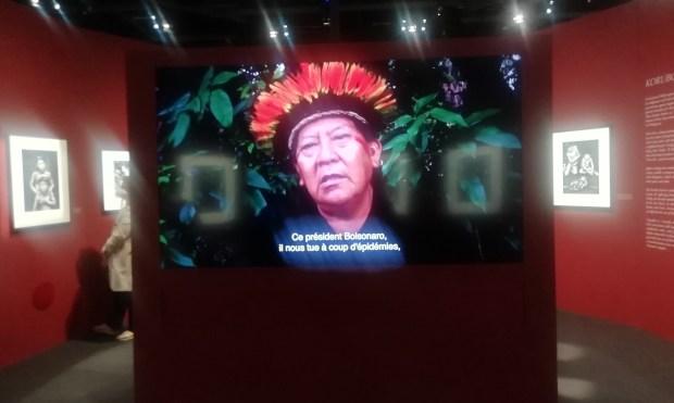 """Entretien filmé de Davi Kopenawa Yanomami - Sebastião Salgado, """"Amazônia"""" exposition la Philharmonie de Paris, 2021 © Morgana Herrera"""