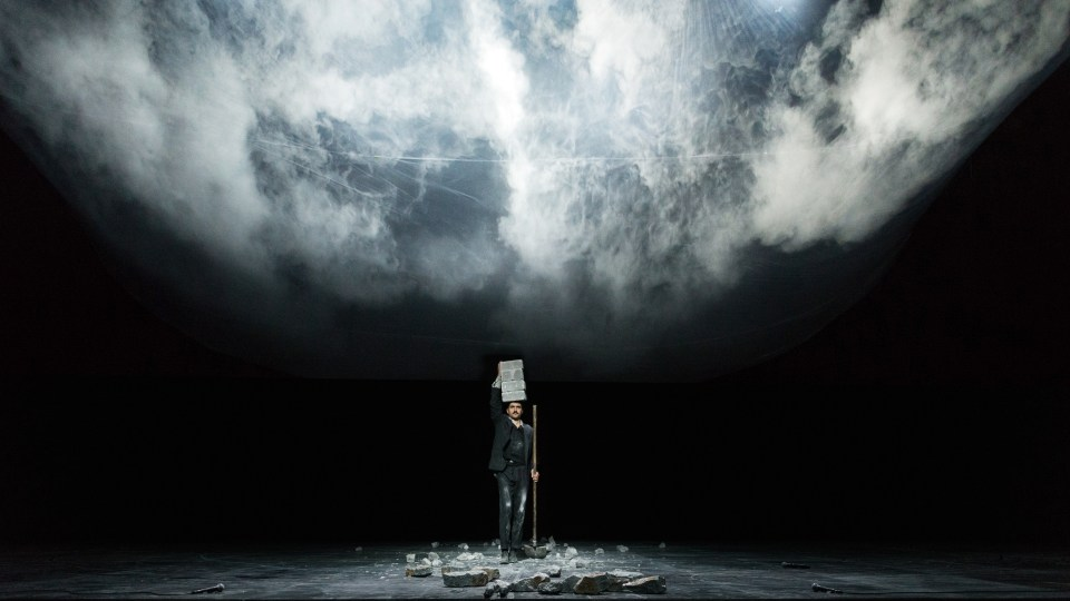 """Dimitris Papaioannou: """"Still Life"""" © Julian Mommert. Festival Montpellier Danse 2016. Un article de Marie-Christine Vernay dans délibéré"""