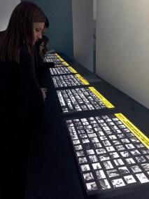 L'exposition du Jeu de Paume reproduit dans une longue vitrine rétroéclairée les deux séries de commandes passées à Dorothea Lange par la FSA (Farm Security Administration)