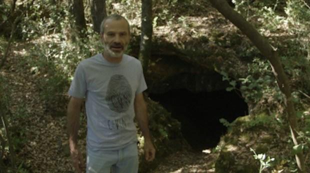 """Philippe Hebster devant la Grotte du Péras © Thomas Gayrard. """"Sur les traces des Camisards"""", une chronique de Thomas Gayrard dans délibéré"""
