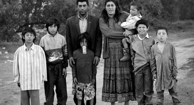 """Famille Gorgan, Arles, 1995. Photo: Mathieu Pernot. Exposition """"Mondes tsiganes"""", Musée de l'histoire de l'immigration, Paris, 2018"""