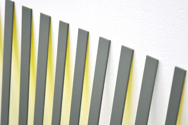 Lucie Le Bouder, Surface en blanc et jaune #2, détail, 2016, Acier inoxydable, peinture aérosol 100 x 195 cm. Courtesy Galerie 22,48m2