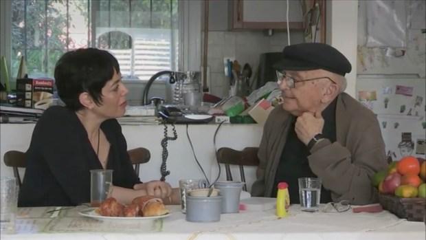 Valérie Zenatti et Aharon Appelfeld. Image du documentaire d'Arnaud Sauli, Le Kaddish des orphelins, Dublin films, 2016