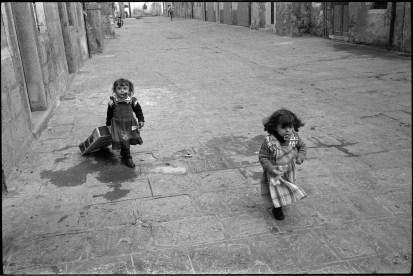 Enfants dans les rues de Chioggia, 1978 - Photo © Gilles Walusinski