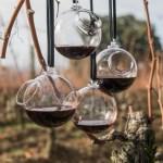 """Vino sospeso (Matali Crasset). Verre de dégustation à l'extérieur pour des vins en biodynamie réalisé par les apprentis du CIAV de Meisenthal pour l'exposition """"Renversant"""" à la cité du Vin de Bordeaux. Photo ©Pascal Boudet"""