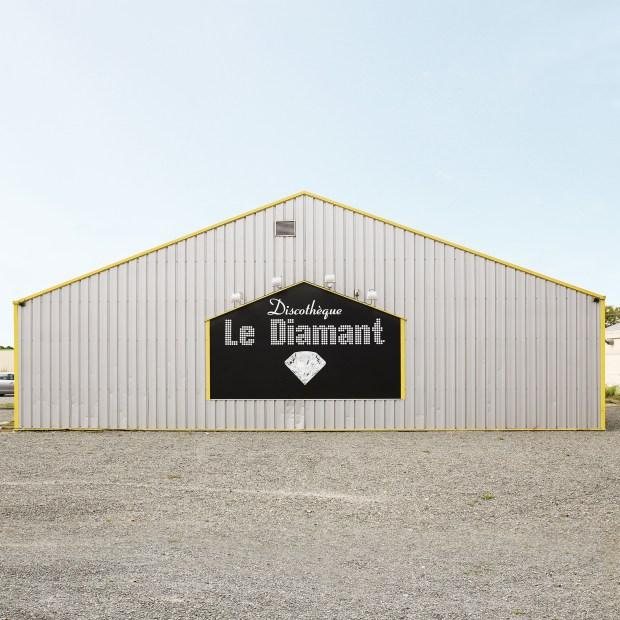 Le Diamant - 53150 Neau (Mayenne). Photographie de François Prost. Série After Party, 2011-2017. Courtesy François Prost
