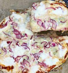 how to make oion&gorgonzola pizza