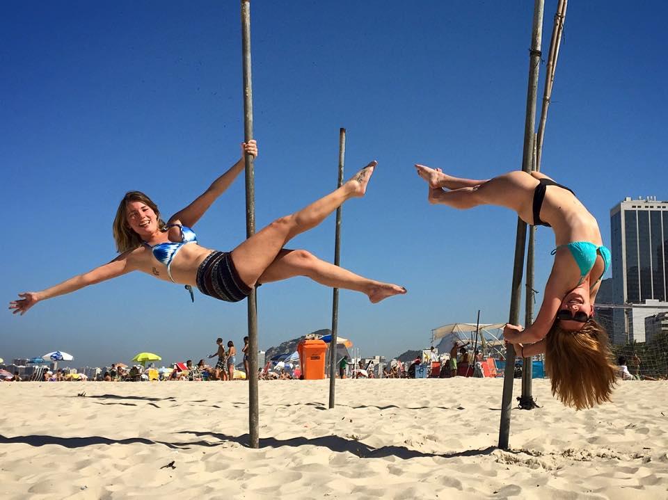 Eu e Diana divando na praia do Leme, no Rio de Janeiro