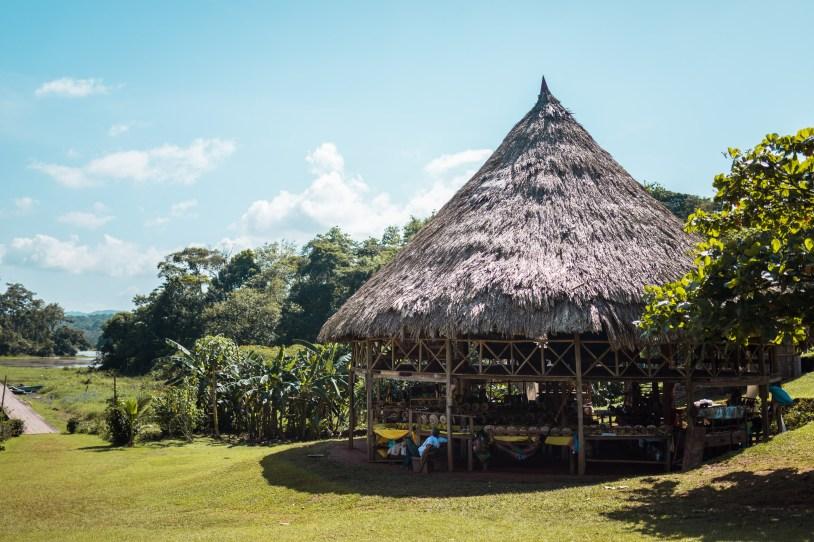 Tenda do mercadinho artesanal das famílias indígenas
