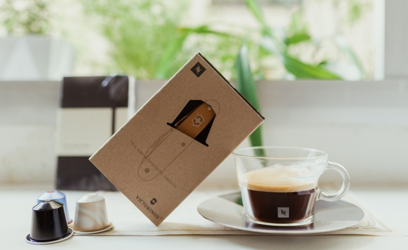 Cafe Nespresso e canivete feito de capsulas recicladas