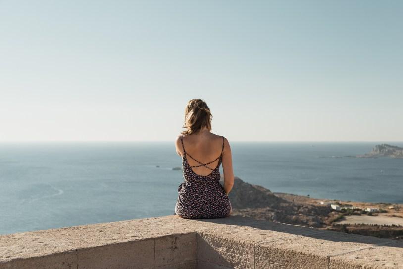 A acropole de lindos, na ilha grega de Rhodes, tem vista panoramica para o Mar Egeu.