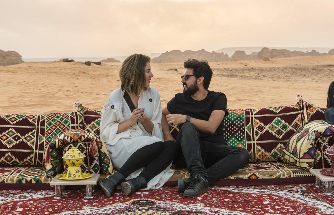 Tomando chá no deserto da Arabia Saudita. Raira Venturieri e Paulo del Valle.