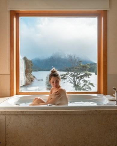 Banheira com vista para o lago Moreno no hotel Llao Llao, em Bariloche, Argentina