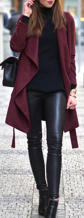 Black and Burgandy. calça de couro com sobretudo nas cores da estaçao.