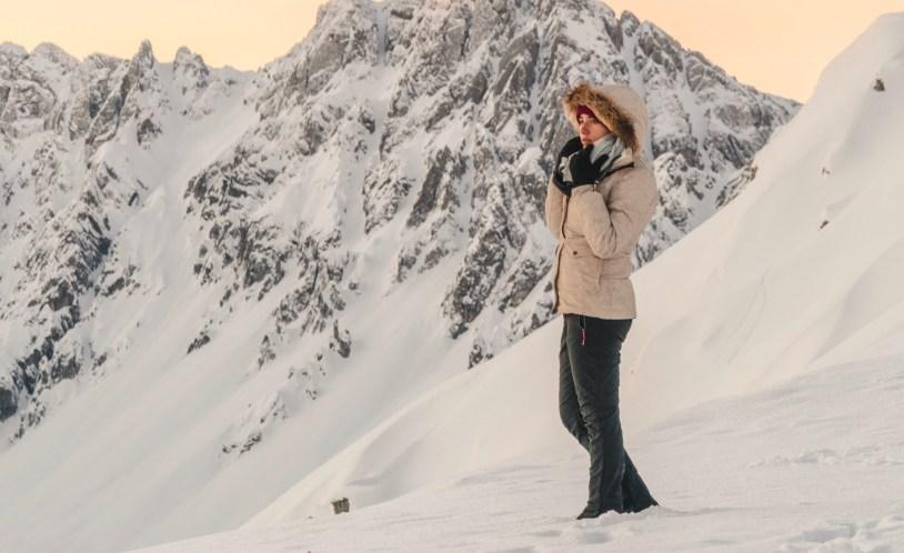 Um casaco que corta o vento deve fazer parte da sua viagem de inverno