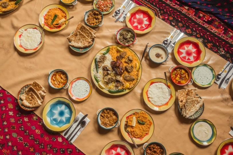 As refeições sao fartas na Arábia Saudita, com muito pão, hummus, arroz e carnes. Por Delicia de Blog.