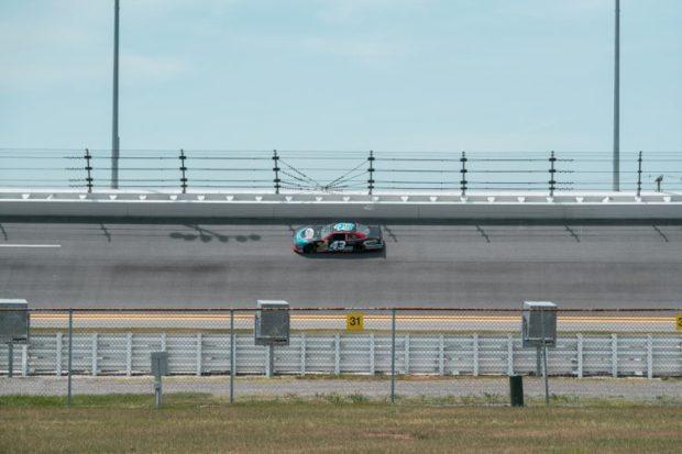 Carro na pista da Daytona International Speedway