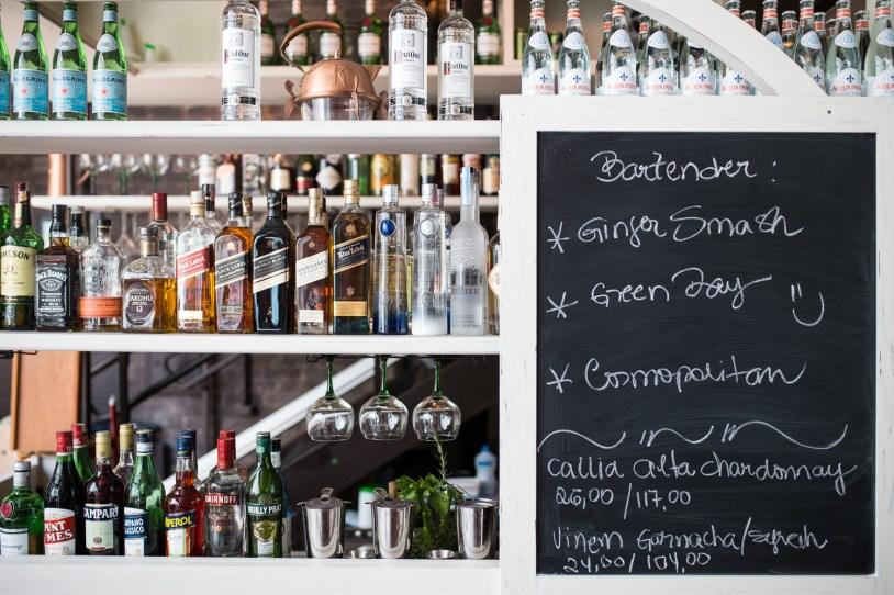 Detalhe do bar do Modern Mamma Osteria, em Sao Paulo