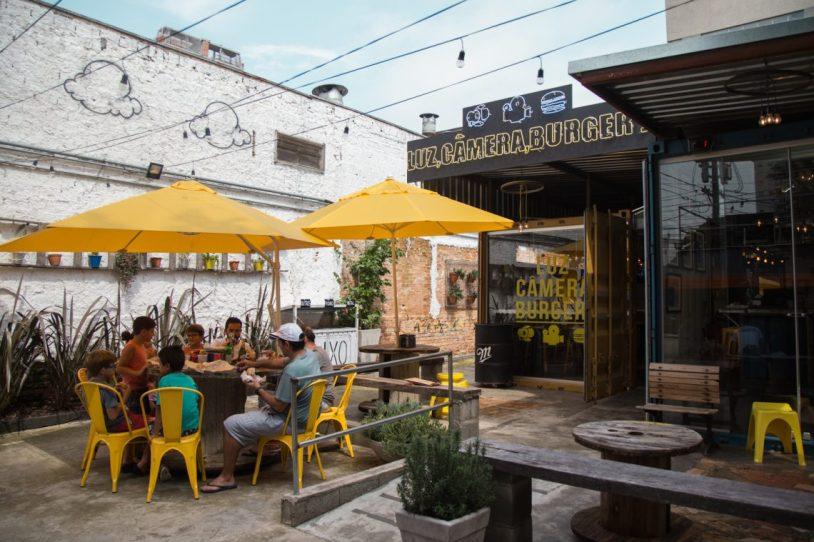Area externa do Luz, Camera, Burguer, na Vila Mariana, em São Paulo