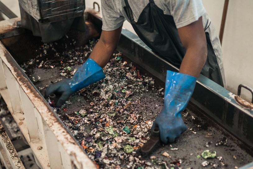 Maquina separa materias para reciclagem de capsula da Nespresso