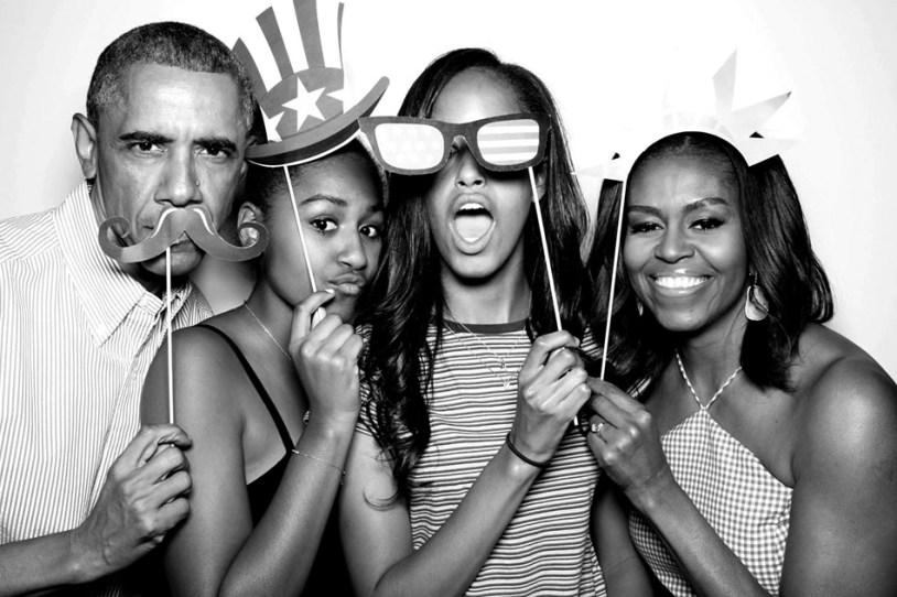 Não tinha como falar em outro assunto nessa semana. Acabei de terminar Minha História, a autobiografia de Michelle Obama, e fiquei tão emocionada e inspirada pelo livro que senti a necessidade de compartilhar isso com vocês. É incrível como a gente se sente próximo de uma pessoa ao conhecer sua história, especialmente quando lida em suas próprias palavras. Mais que ex-primeira-dama dos Estados Unidos, Michelle se tornou quase uma amiga - que me incentiva, me inspira e me dá ideias que não vejo a hora de seguir adiante. Um pequeno resumo pra te dar um panorama: Michelle nasceu e cresceu no Southside de Chicago (hoje o bairro mais perigoso da cidade) e vem de uma família simples, mas muito apegada à música e confiante no poder da educação. Assim, ela teve acesso à inúmeras oportunidades e as agarrou, conquistando uma vaga em Princeton e, posteriormente, na escola de direito de Harvard. Ela foi mentora de Barack Obama no tempo em que trabalhava como advogada, você sabia? Ele era estudante ainda, e a história de amor nasceu da mesma forma que persiste ao longo de suas vidas: em meio à trabalhos de impacto social e busca por mudanças em suas comunidades. Se não estivesse no LinkedIn, eu usaria um belíssimo palavrão para definir como admiro esse casal! Se você se interessou até aqui, recomendo que leia o livro, que conta de forma muito bem escrita detalhes de sua vida pessoal e profissional. Há trechos divertidos, como quando Michelle cita as negociações com Barack para assistir Sex and the City (são humanos, veja só!). E também muitos trechos inspiradores, em que a visão de mundo e forma como a autora encarou obstáculos são verdadeira lições de vida para quem lê.