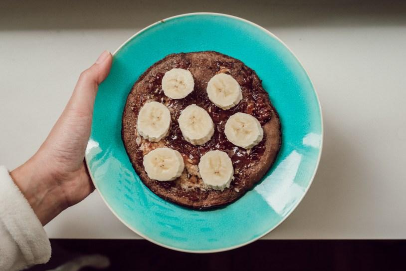 Panqueca pronta com achocolatado fitness, farinha de amendoas e banana fatiada