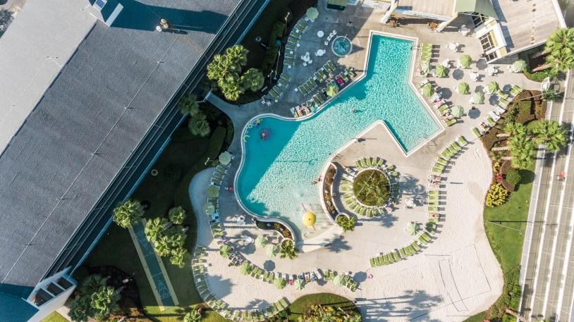 Vista aerea da piscina do hotel Avanti, em Orlando, na Florida