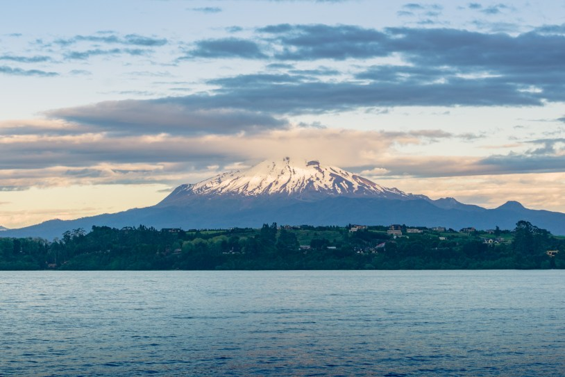 Vista do vulcao Cabulco em Puerto Varas, na regiao dos lagos do Chile