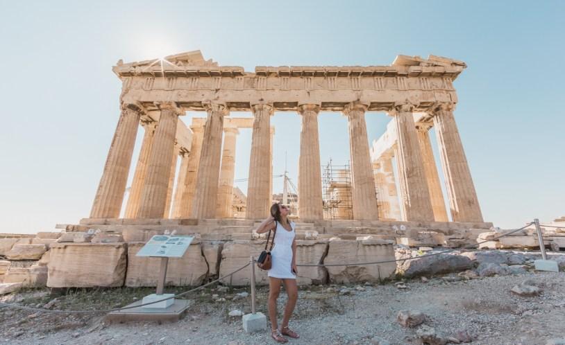 Raira Venturieri no Parthenon, dentro da Acropole de Atenas. Por Delicia de Blog.