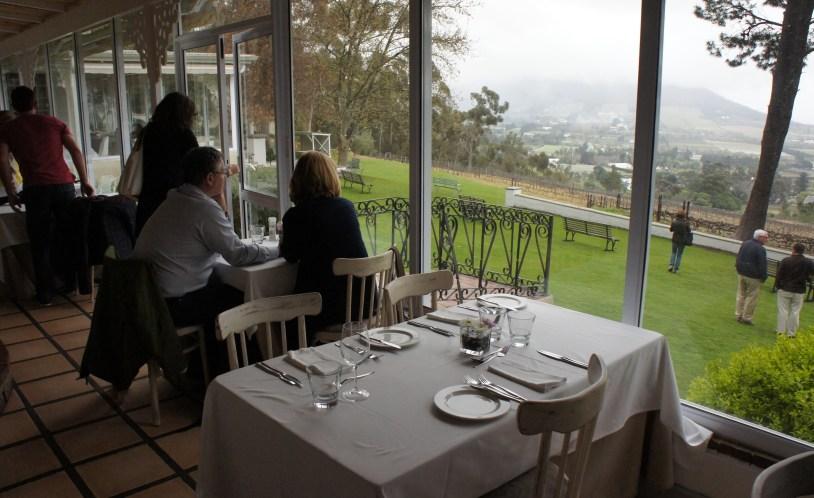 Vista para vinicolas do restaurante Petite Ferme, perto da Cidade do Cabo.