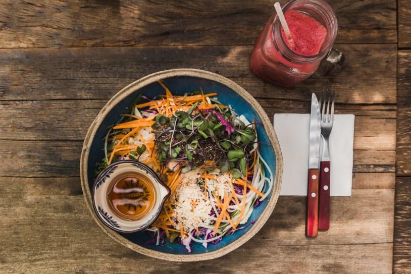 Salada com salmao do restaurante organico Graviola, no Rio de Janeiro. Por Delicia de Blog.