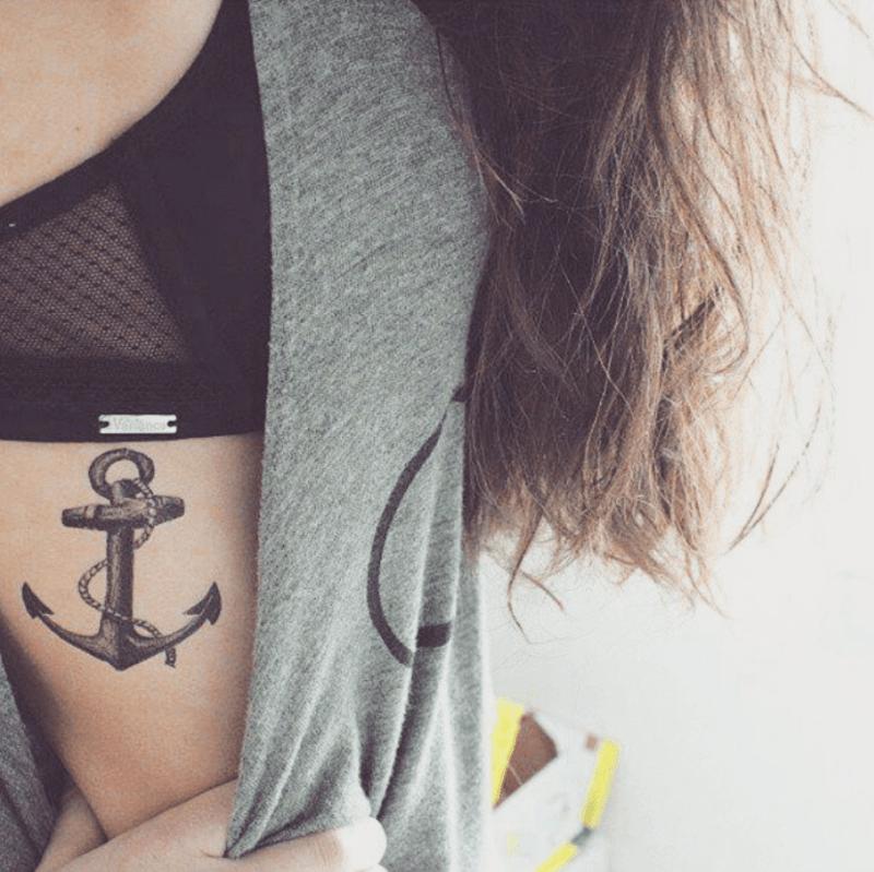 Tatuagens inspiradas em viagem: ancora na costela. Post no Delicia de Blog.