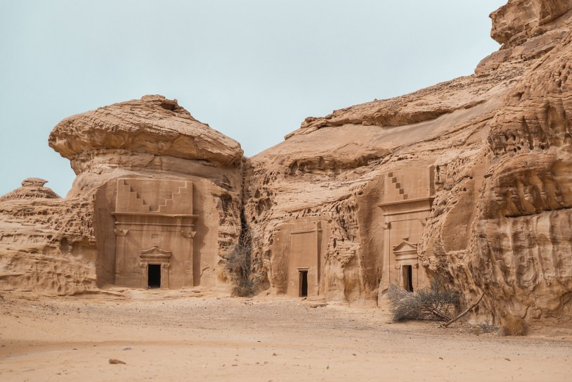Tumbas encravadas na pedra na Arabia Saudita
