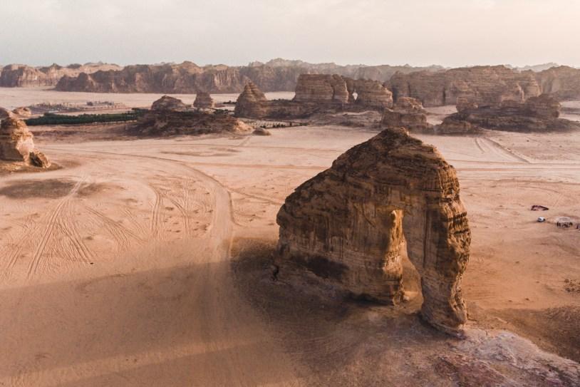 Vista de drone da Elephant Rock, atração no deserto da Arabia Saudita.