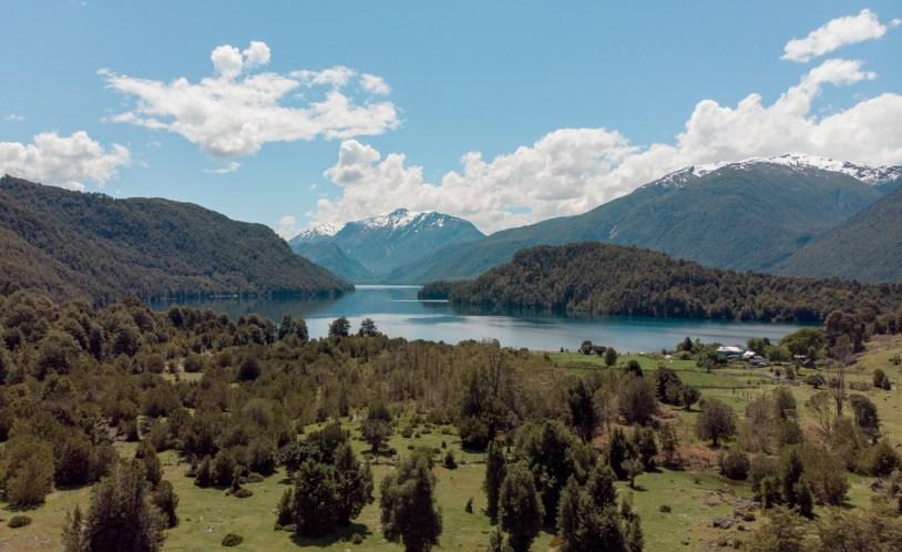 Vista panoramica do Lago azul durante trilha em Llanada Grande, no Chile