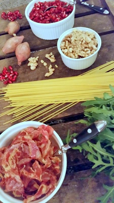 Spaghetti mit Granatapfel, Walnusskernen, Rucola & Prosciutto