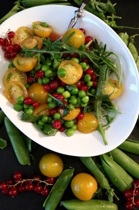 Zum Sommer ein Salat mit frischen Erbsen, Rucola, Tomaten und Johannisbeeren