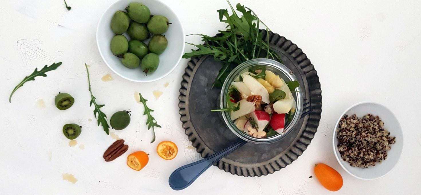 SUPERFOOD TO GO- ein Salat zum Mitnehmen mit Rucola, Quinoa, Spargel und Kiwibeeren