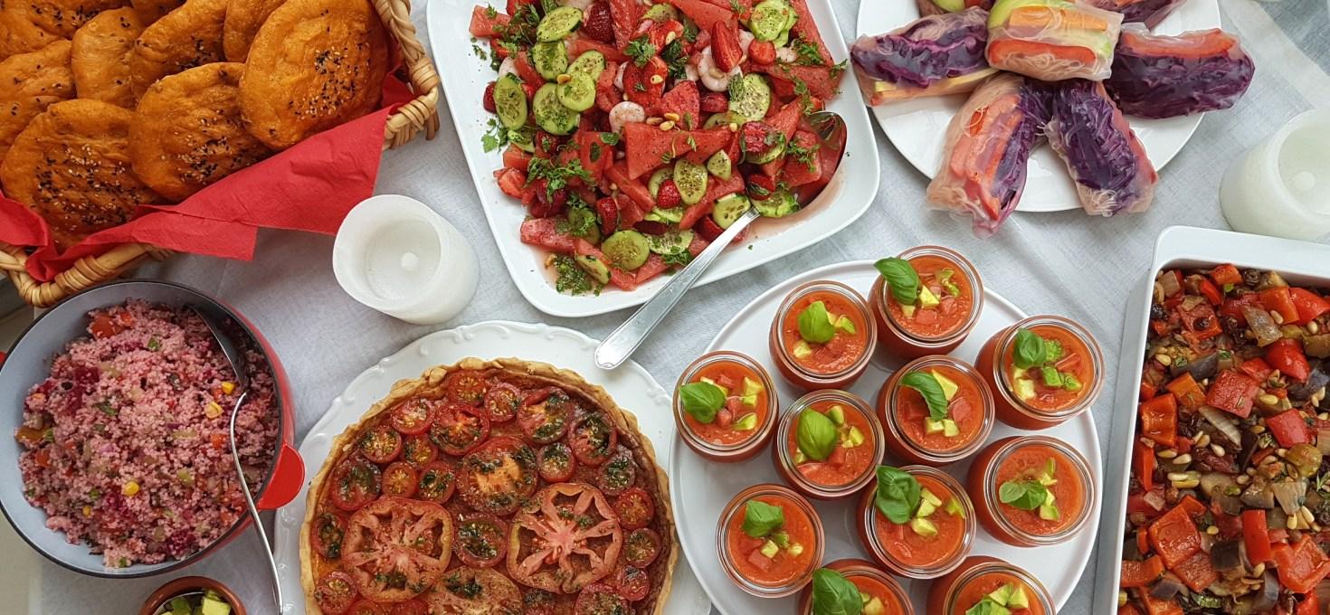 Ein Erdbeer- Wassermelonensalat mit Garnelen für das RED DINNER