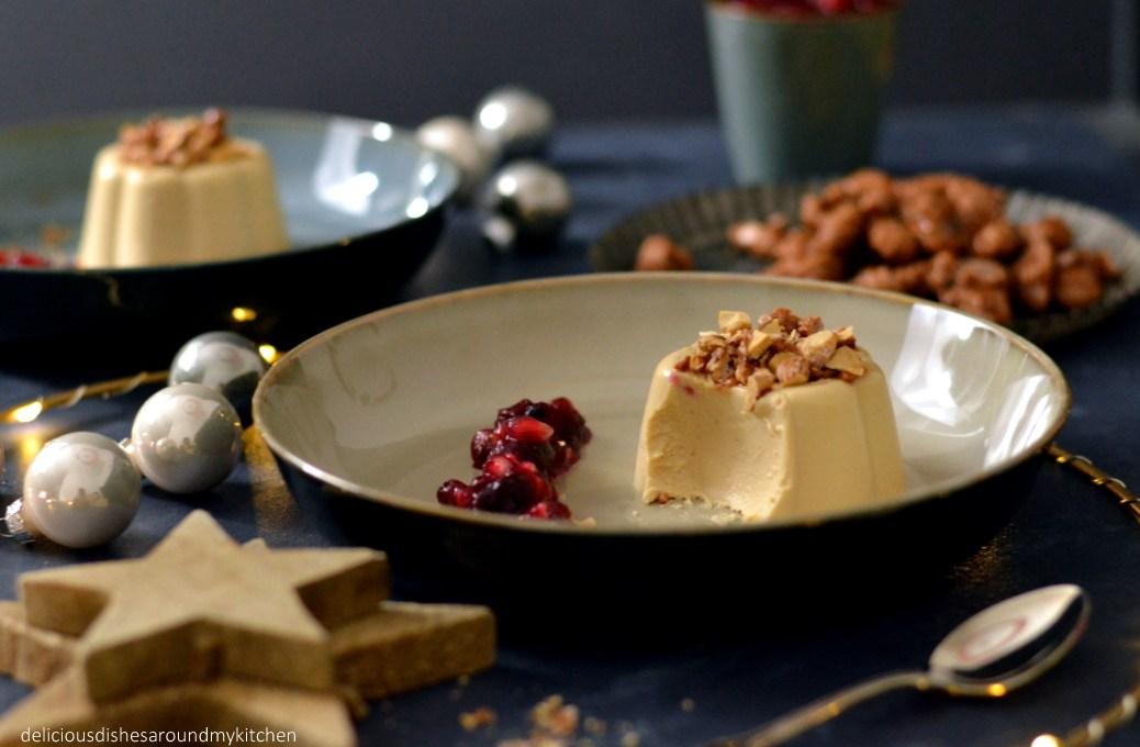 Weihnachtliches Karamell Panna Cotta mit Cranberry und Granatapfel