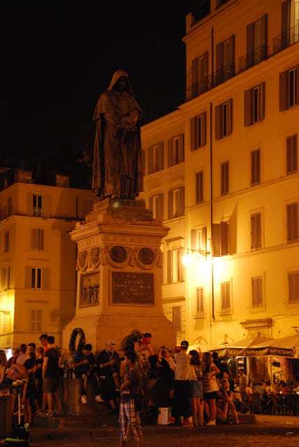 Visit Rome_Rome_night_Campo dei fiori_Roman movida under Giordano Bruno statue_01