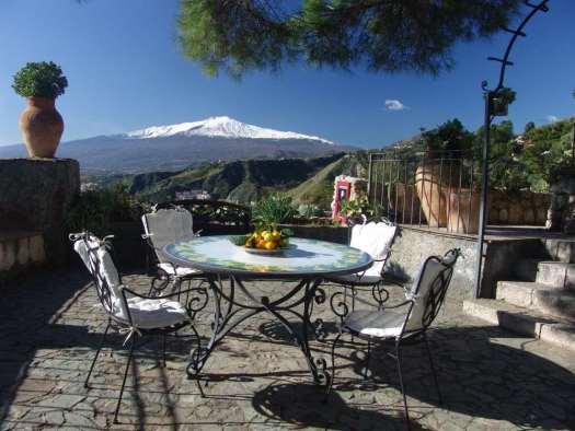 www.delightfullyitaly.com_Taormina_tavolino_01